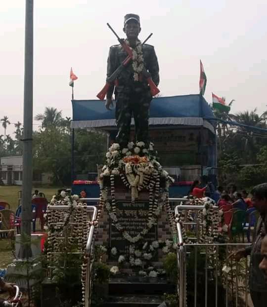 তেরঙ্গা জাতীয় পতাকা হাতে নিয়ে দ্রীপ্তকন্ঠে অশ্রু ঝরা চোখে আজও শহীদ ছেলের হত্যাকারীদের শাস্তির দাবিতে বাবলু সাঁতরার মা - West Bengal News 24