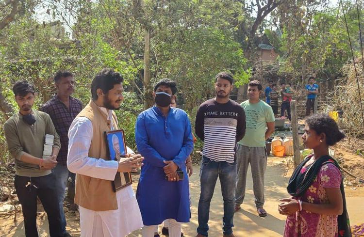 প্রয়াত বাবার ছবি ছবি নিয়ে জনসংযোগে বিধায়ক-পুত্র - West Bengal News 24