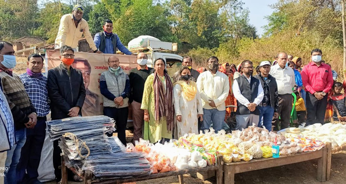 দুঃস্থদের জন্য সাহায্যের হাত বাড়ালেন দোলন দে - West Bengal News 24