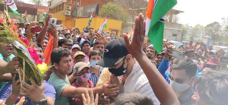 মাঝপথে রোড শো থামিয়ে দেবের প্রস্থান - West Bengal News 24