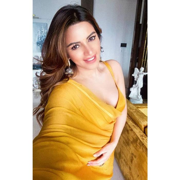 Shama Sikander : সাদা ফিনফিনে শাড়ির মধ্যে স্পষ্ট শরীরী আবেদন, বিকিনিতে ঝড় তুলেছেন শামা সিকান্দার - West Bengal News 24
