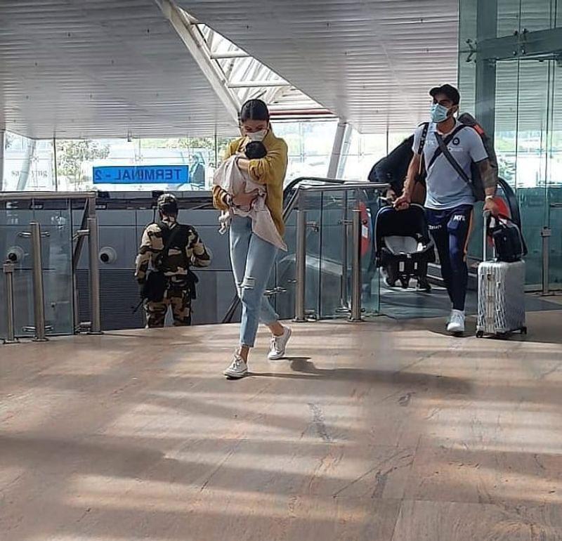 পাপারাৎজিদের থেকে আড়াল করতেই মেয়েকে চাদরে মুড়লেন অনুষ্কা, 'Superhot' ফিগারে Viral সেক্সি অনুস্কা - West Bengal News 24
