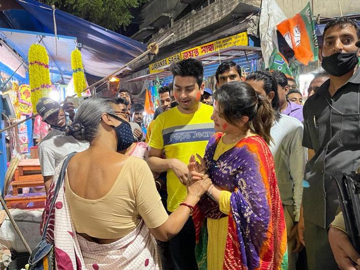 নির্বাচনী প্রচারণায় বাজারে শ্রাবন্তী - West Bengal News 24