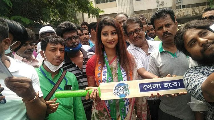 West Bengal Assembly Election 2021 : সবুজ সাথি সাইকেল চালিয়ে এসে মনোনয়ন জমা দিয়ে চমক দিলেন লাভলি মৈত্র - West Bengal News 24