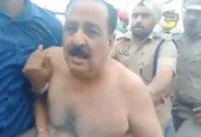 পিটিয়ে বিজেপি সাংসদের জামা ছিঁড়ে নিল কৃষকরা - West Bengal News 24