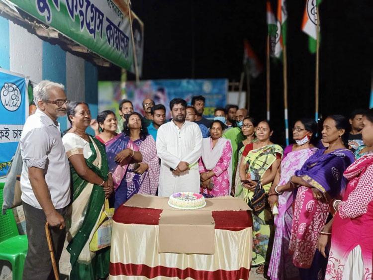 কেক কেটে জেলার জন্মদিন পালন করলেন তৃণমূল নেতা - West Bengal News 24