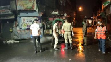 সারাদিনের ব্যস্ততার পর রাতের নিস্তব্ধতায় জীবানুনাশক স্প্রে করছে রানাঘাট পৌরসভা - West Bengal News 24